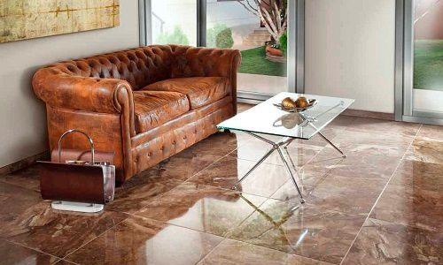 gạch nền nhập khẩu Tây Ban Nha màu nâu đá tự nhiên tone sur tone với bộ sofa da bò