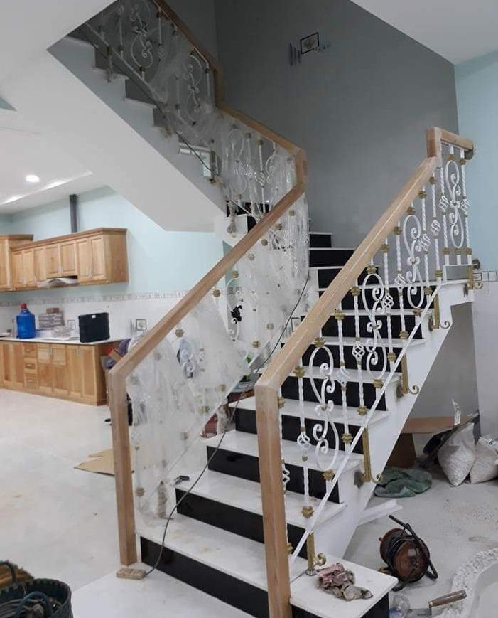 Cầu thang sắt có tay vịn gỗ tối giản