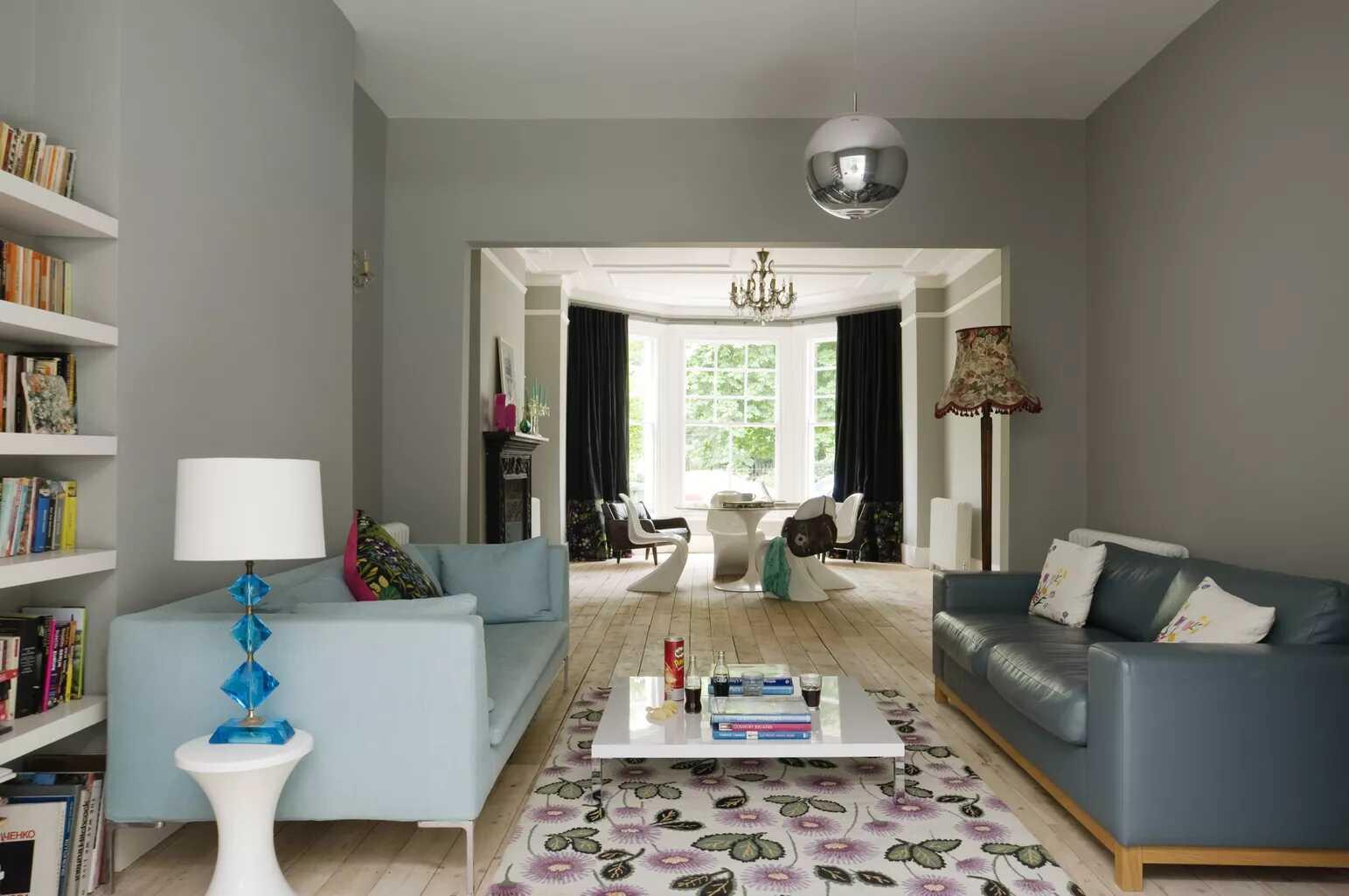 Ghế sofa màu xanh lá cây với những chiếc gối hoa