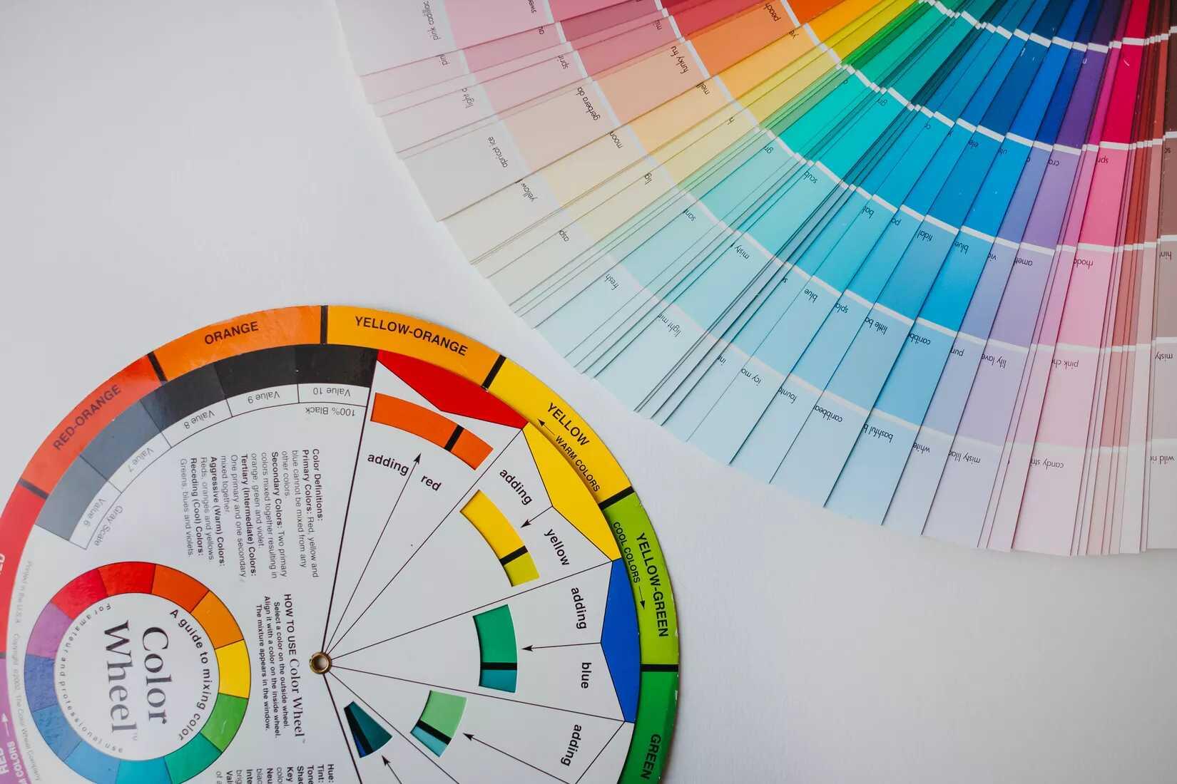 sử dụng bánh xe màu sắc để chọn màu sơn nội thất