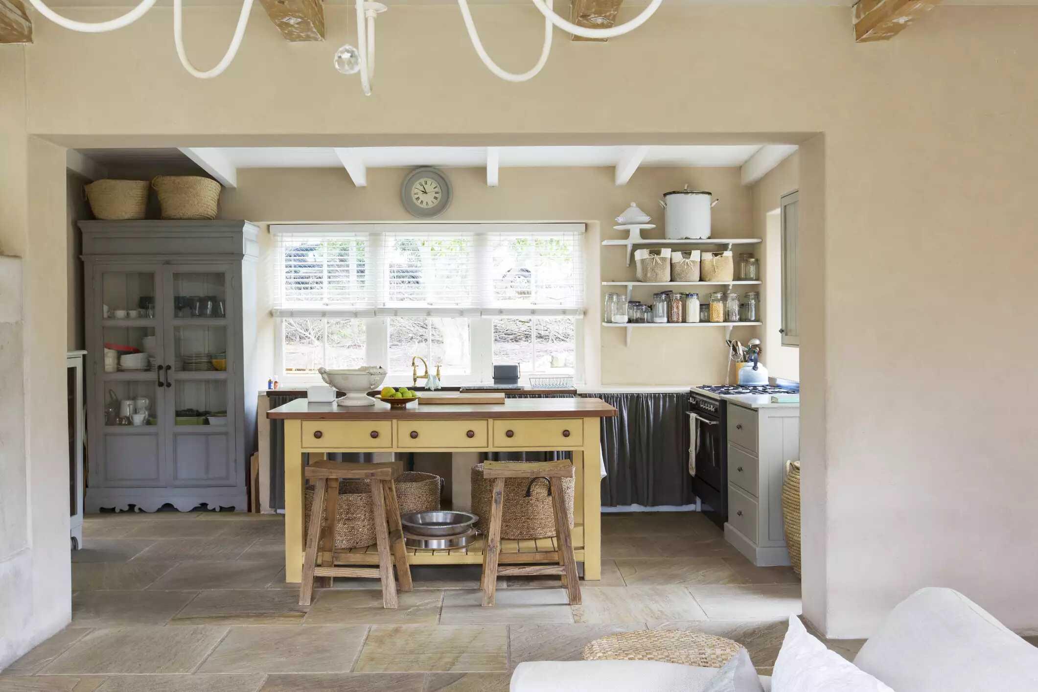 View từ phòng khách vào bếp