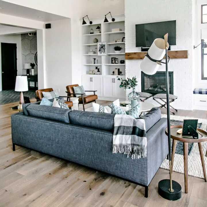 phòng khách với chiếc ghế dài màu xanh và bức tường gạch