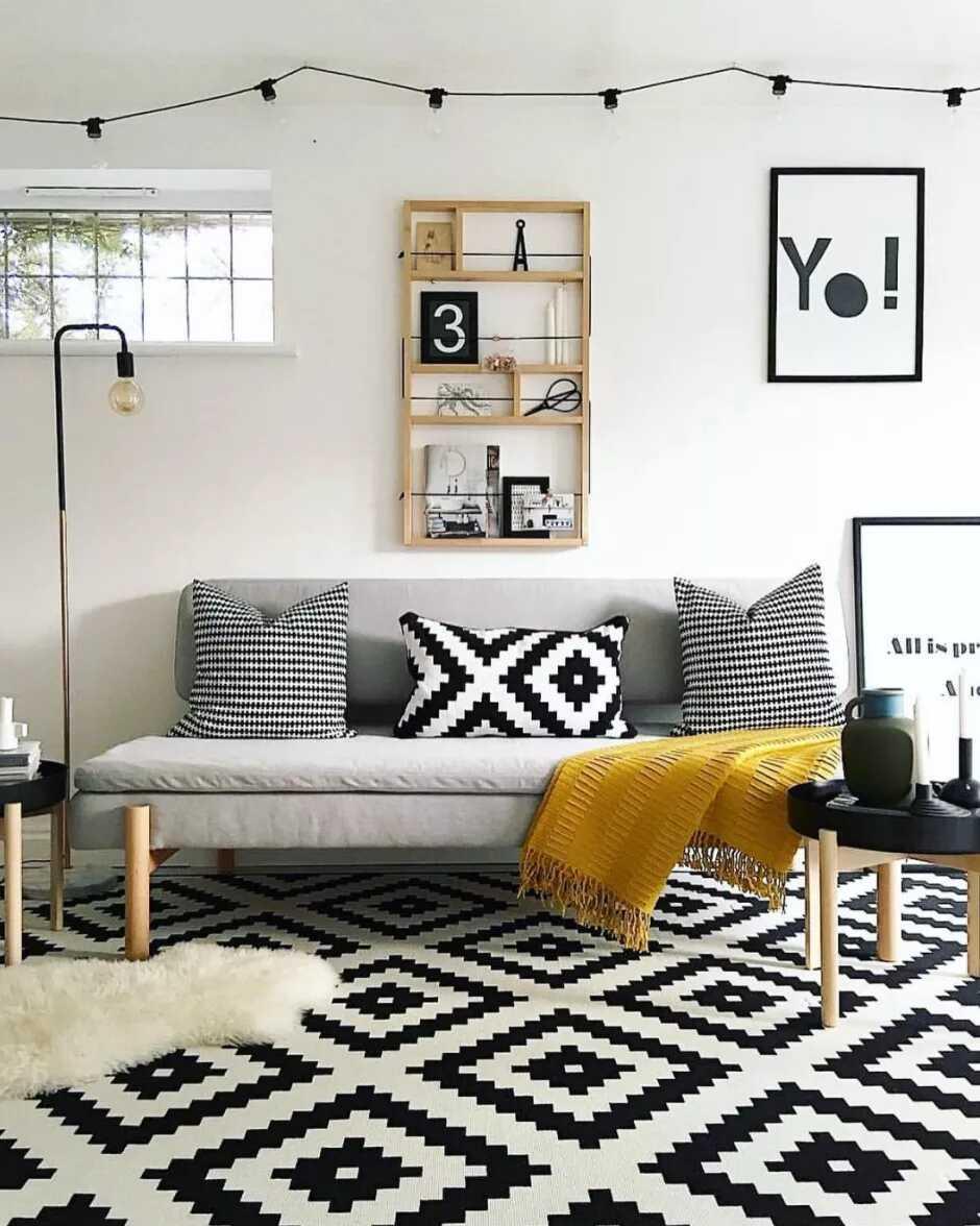 phòng khách với màu vàng mù tạt và đen trắng