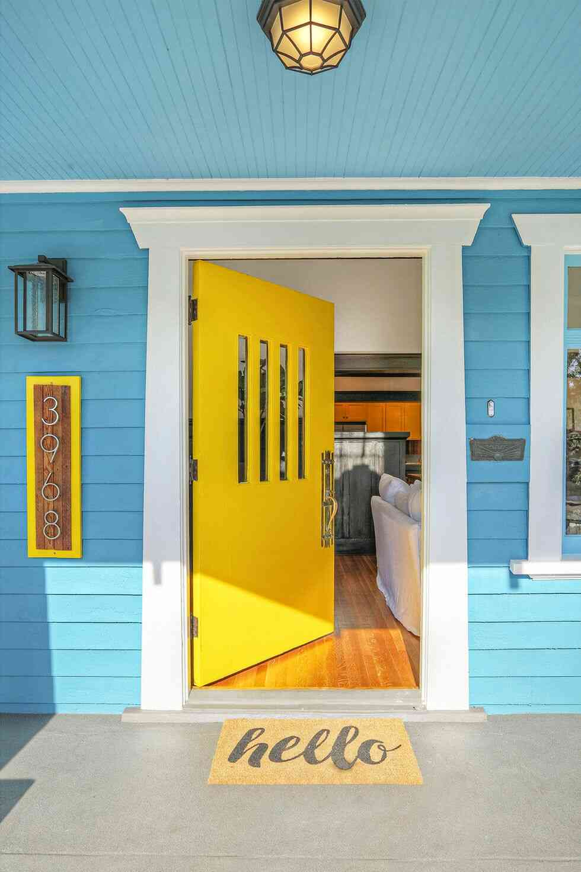 màu sơn cửa đẹp, cửa gỗ màu vàng