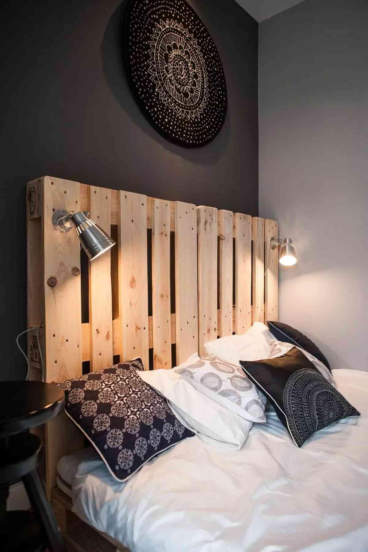 trang trí đầu giường pallet