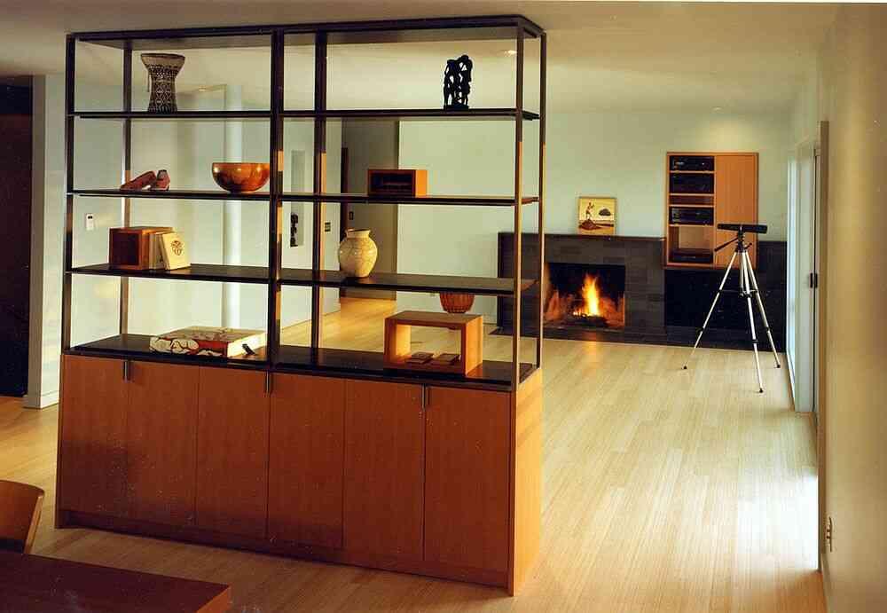 Bộ phận tủ và giá sách cung cấp không gian lưu trữ và trưng bày ngay cả khi được nhân đôi làm vách ngăn phòng