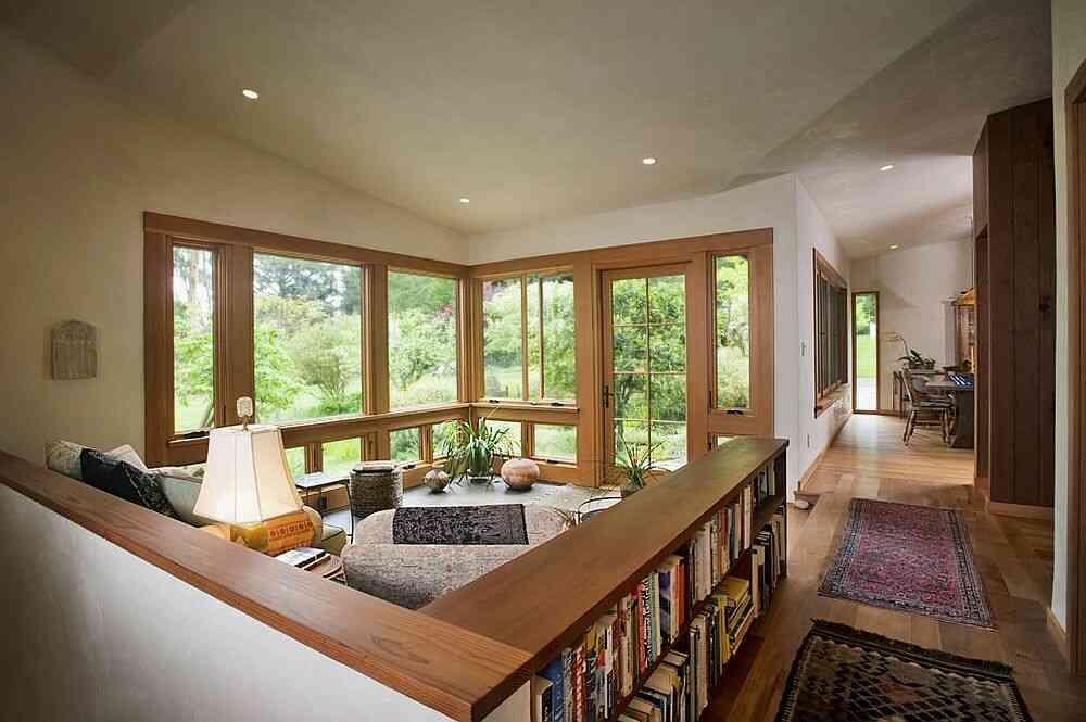 Một nửa tường và tủ sách giúp xác định không gian mà không cần sử dụng tường