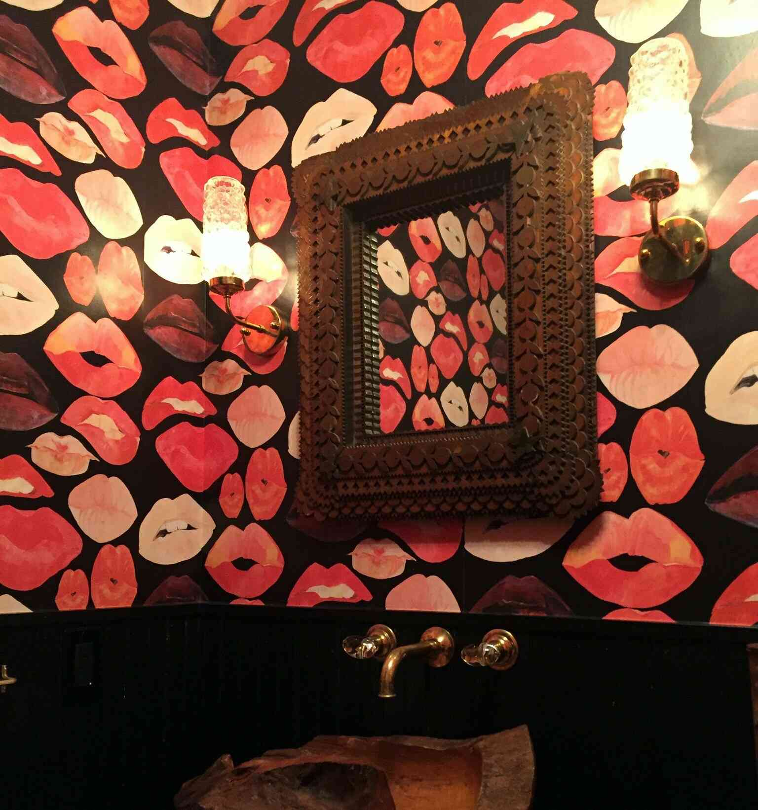 giấy dán tường đỏ hồng hình môi