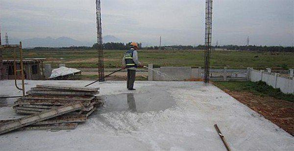 xây nhà mùa khô phải tưới bê tông