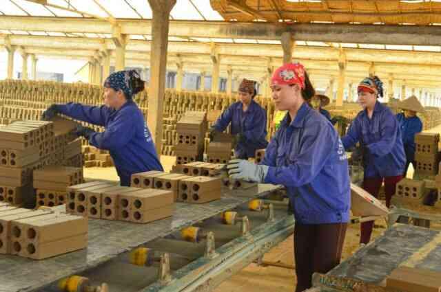 nữ công nhân lao động