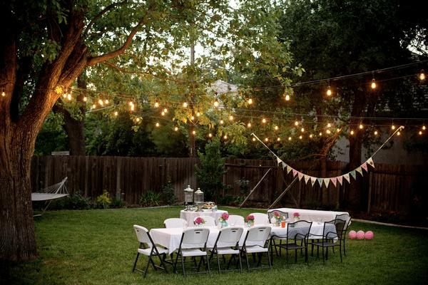 trang trí bàn tiệc ngoài sân vườn, lắp đặt đèn chiếu sáng ngoài trời
