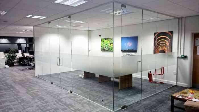 vách kính ở công ty, văn phòng