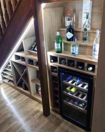 Quầy bar mini ở gầm cầu thang