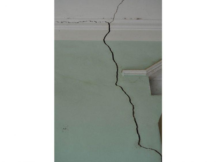 trần nhà bị nứt